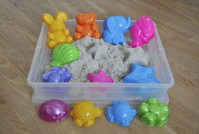 Для хранения кинетического песка лучше использовать пластиковый контейнер с крышкой