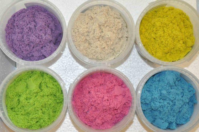 Для колорирования можно разложить получившийся песок в разные миски и в каждую из них добавить определенный цвет