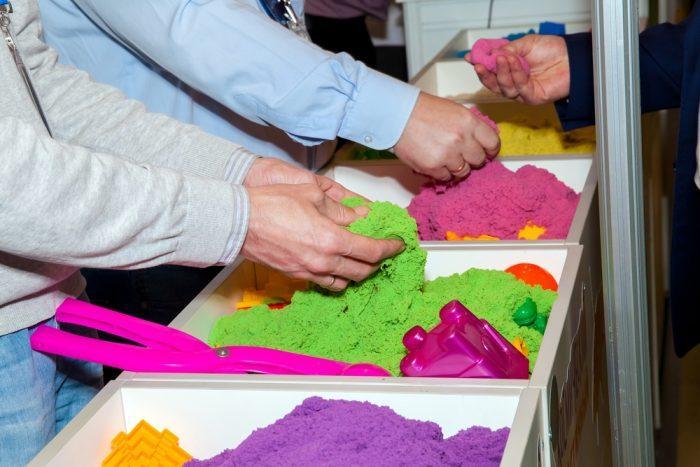 Материал является сочетанием обычного песка и пластилина
