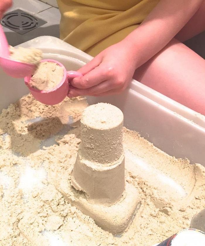 Песок не мокрый, но как-будто влажный