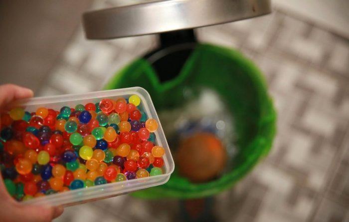 Выбросите шарики в мусорное ведро