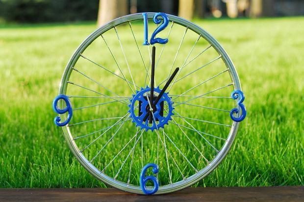 Настенные часы из велосипедного колеса. Фото 1