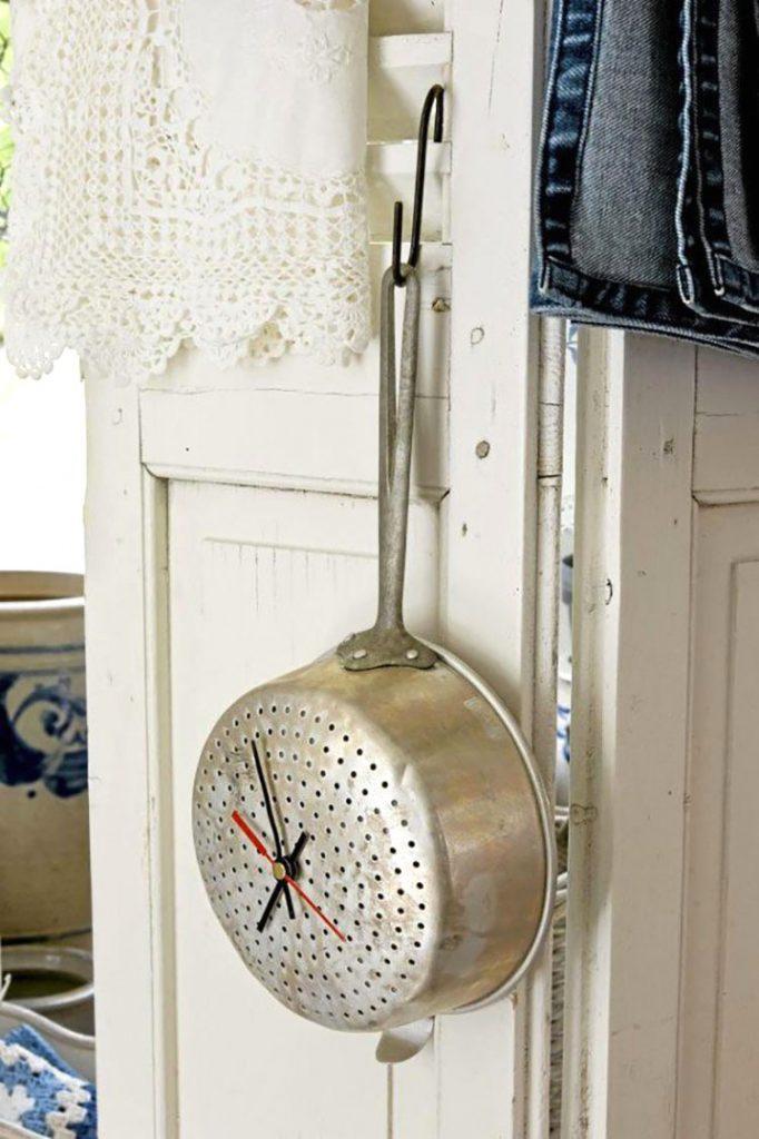 Часы из старого кухонного дуршлага