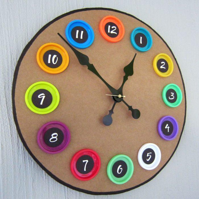 Часы, сделанные вручную — уникальный декор в интерьере