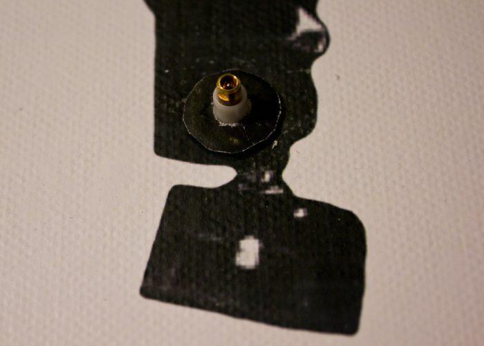 Черный круг закрыл металлическое кольцо
