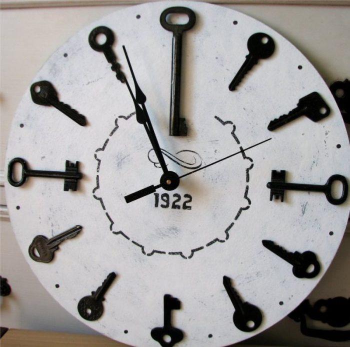 Даже ключи можно использовать при оформлении часов