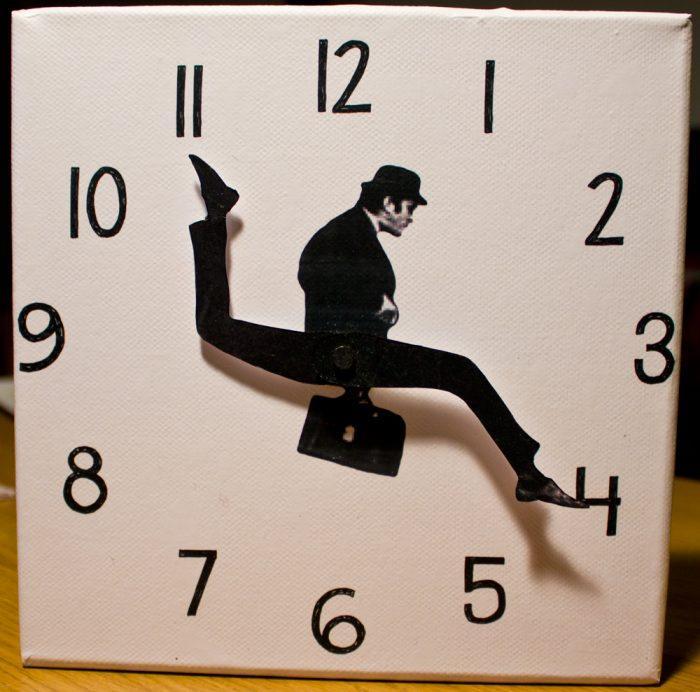 Дизайнерские часы со стрелками-ногами