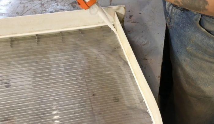 Герметизация швов формы силиконовым герметиком