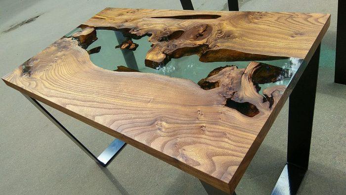 Как правило, такие столы делают из дуба