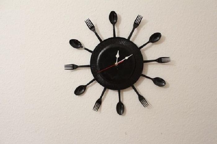 Как сделать настенные часы из столовых приборов