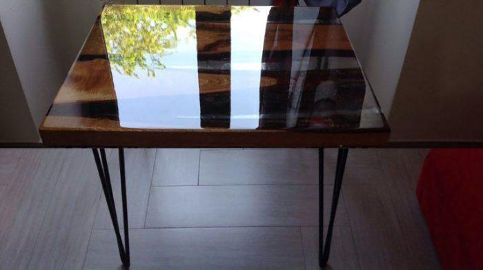 Металлические ножки идеально подходят для такого стола