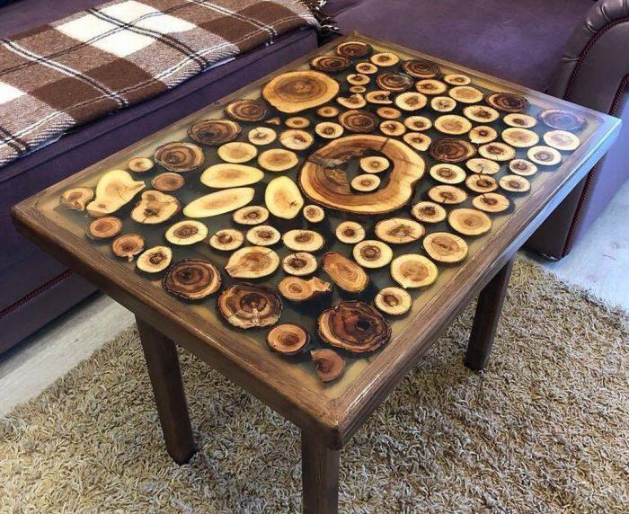 Не менее эффектно выглядят модели спилов древесного материала, покрытые раствором из эпоксидки
