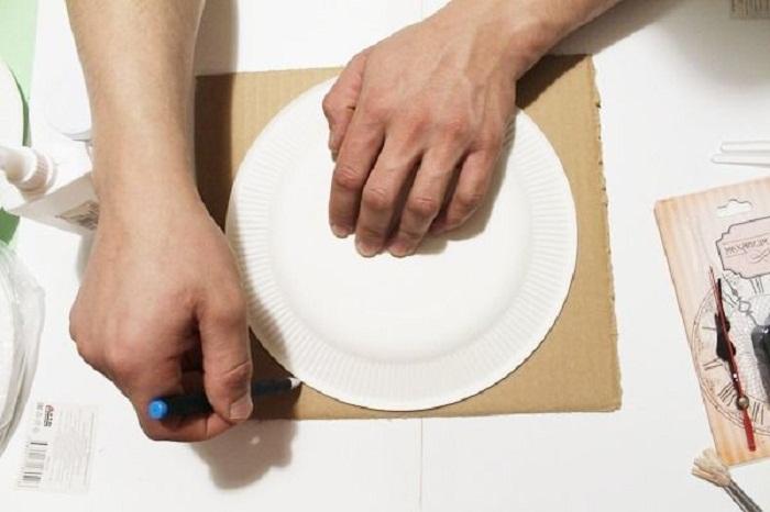 Обводится окружность тарелки