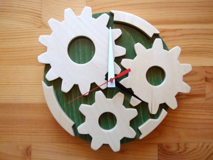 Оригинальные часы-шестеренки из фанеры