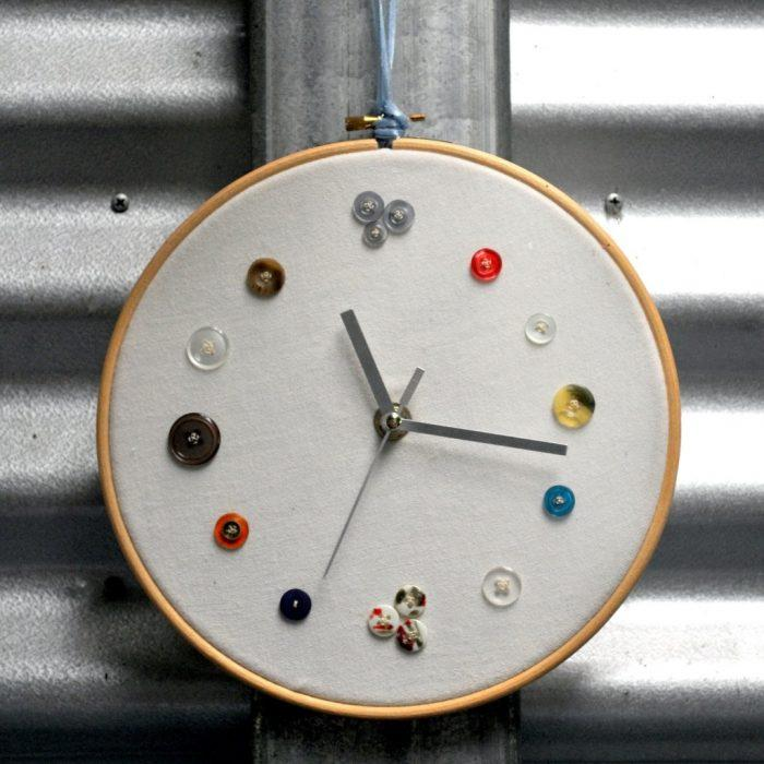 Оригинальные настенные часы из пялец для вышивания