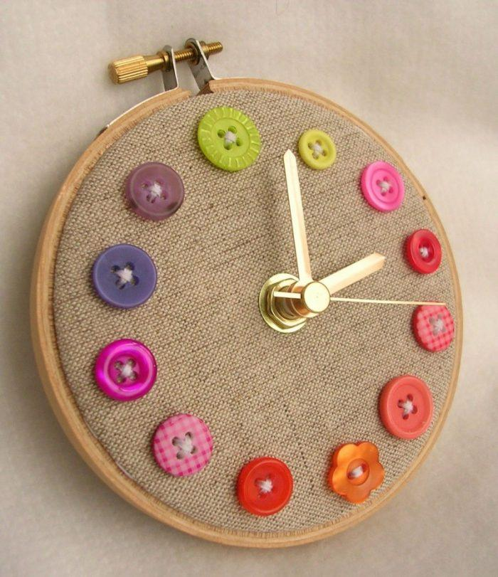 Простые настенные часы из пуговиц