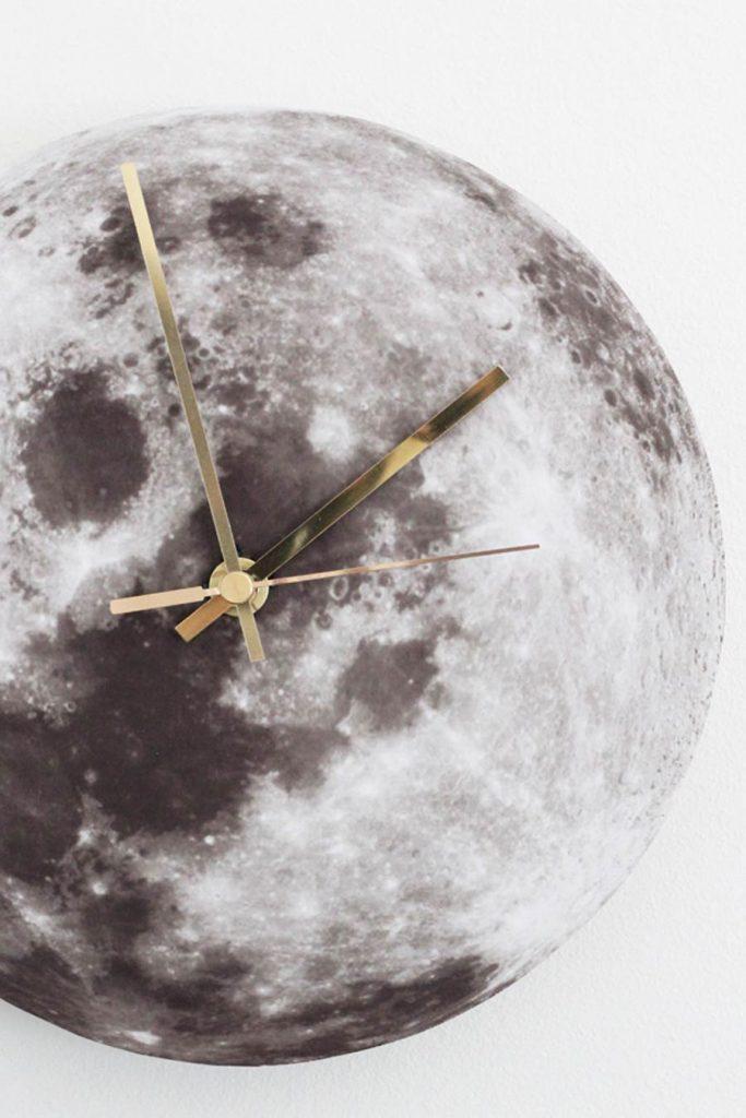 Такие часы очень понравятся любителям космоса