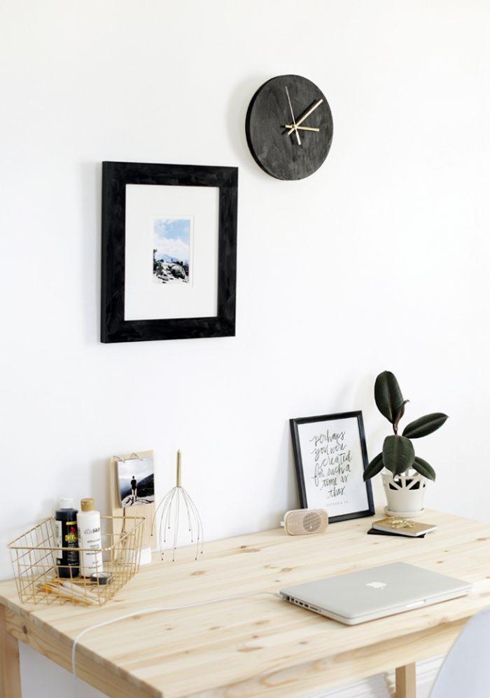 Темные часы в стиле минимализм из фанеры