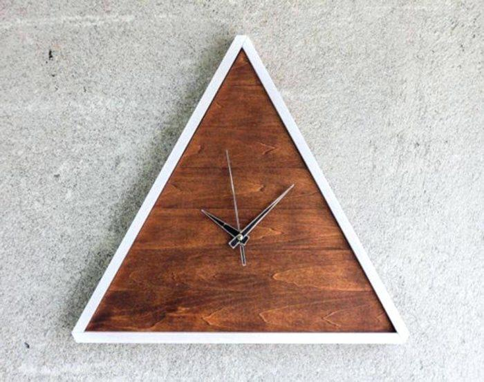 Треугольные настенные часы из дерева