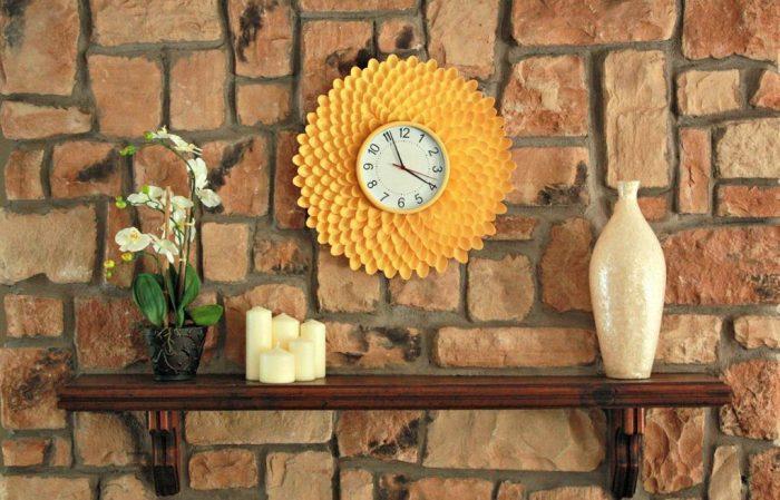 Яркие часы «Хризантема» из пластиковых ложек