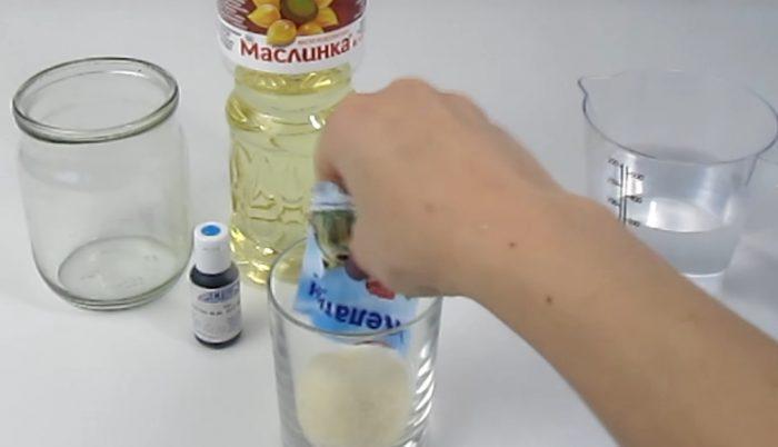 Желатин нужно высыпать в стакан
