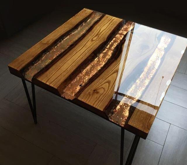 Журнальный столик на металлических ножках, сделанный из эпоксидной смолы