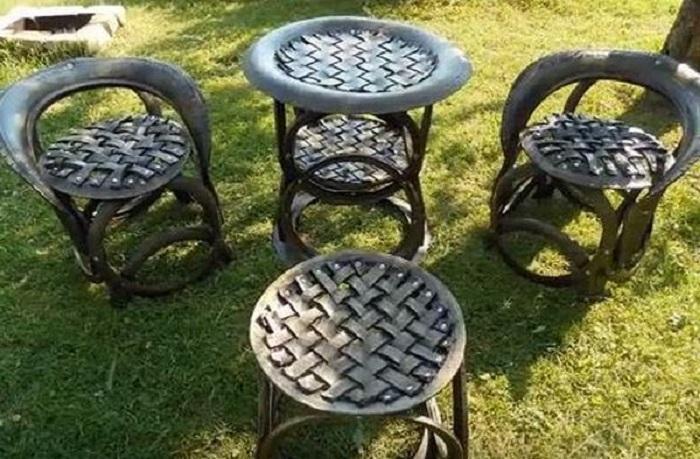 Гарнитур, состоящий из нескольких стульев и столика с плетеной столешницей и сидениями