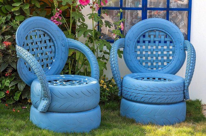 Кресла из покрышек тоже сделать совсем несложно, но изготовление этого варианта садовой мебели займет больше времени и терпения