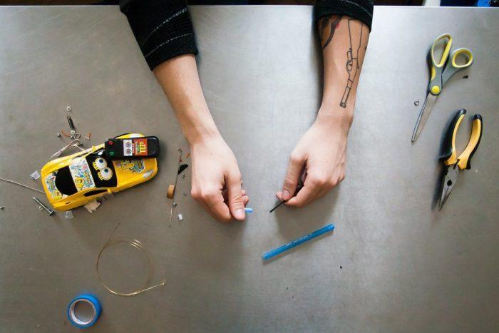 Из ручки вынимается стержень