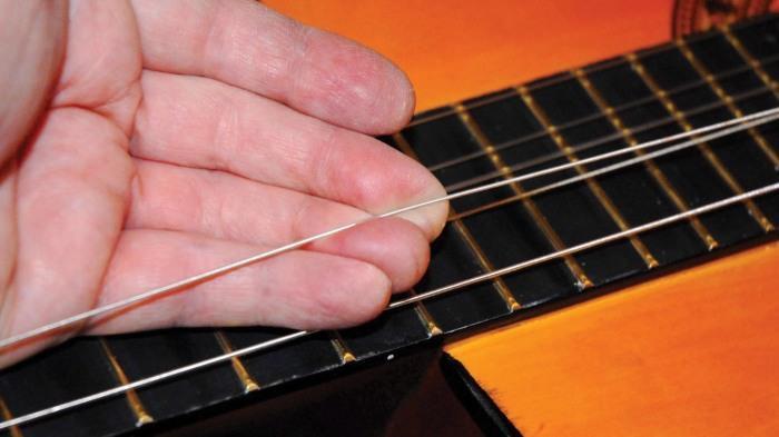Обычно используется гитарная струна