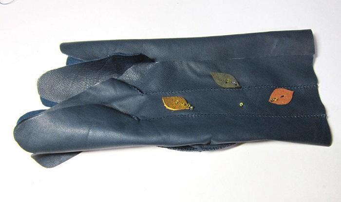 Боковых швов на перчатке нет