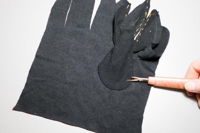Деталь большого пальца прикалываем к основной детали перчаток