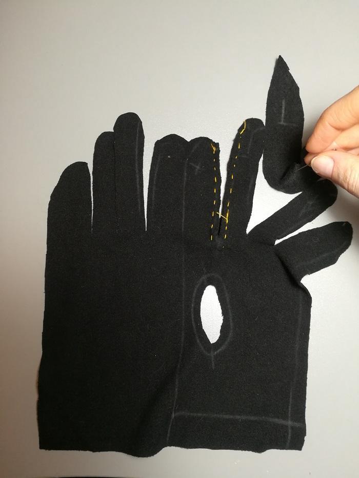Детали перчаток наметываются