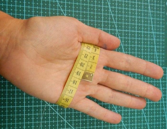 Измеряется обхват ладони