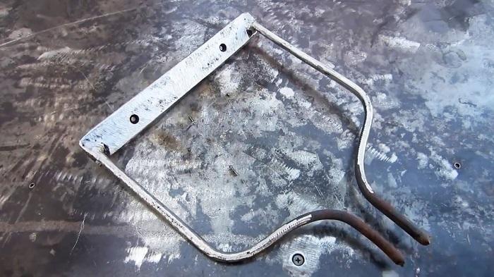 Изогнутые прутья нужно объединить с трубой