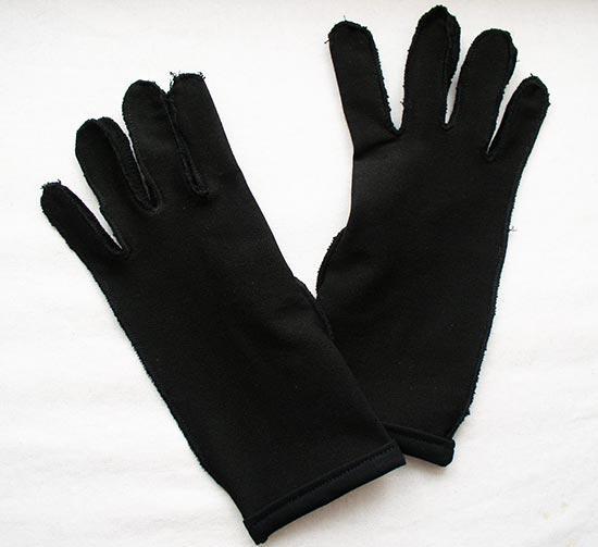Низ перчаток подвернут