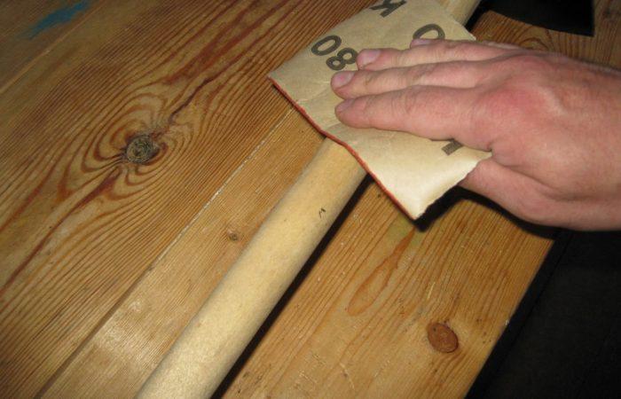 Рукоятка обрабатывается наждачной бумагой