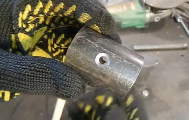 Отверстие в обрезке трубы