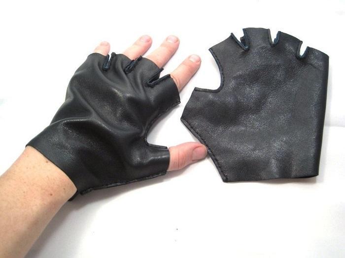 Перчатки примеряются