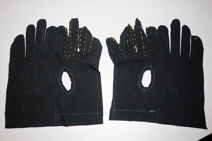 Процедуру нужно проделать с обеими перчатками
