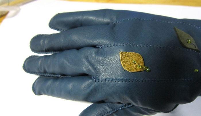 Прошиты пальцы правой перчатки