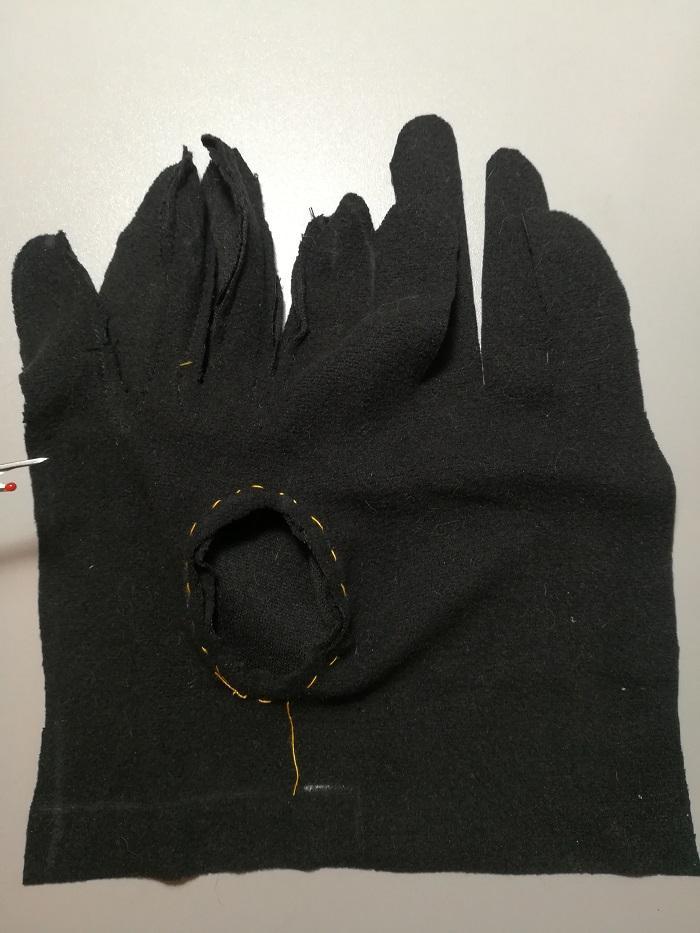 Сметываем деталь большого пальца с основной деталью перчатки