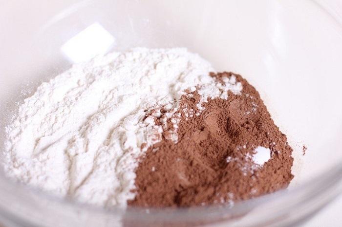 Какао-порошок смешивается с другими ингредиентами