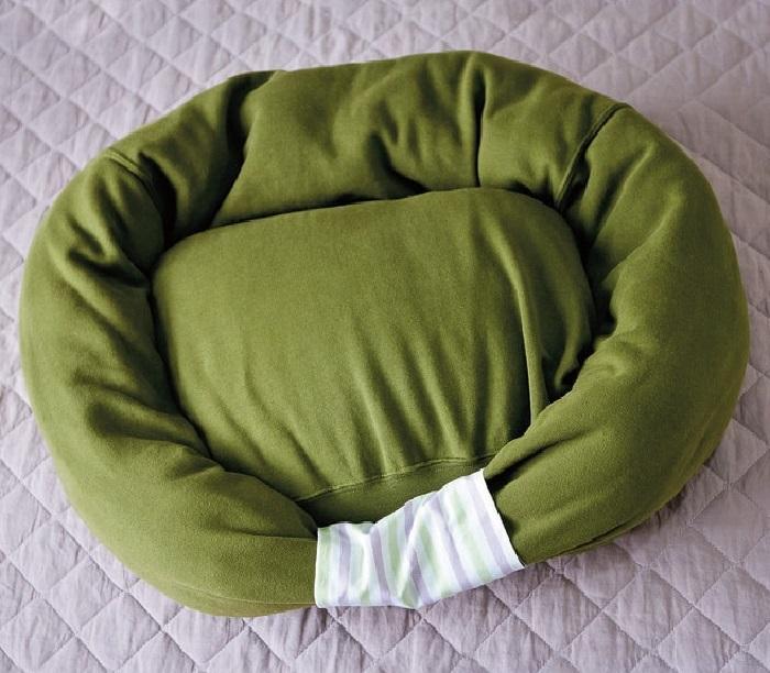 Лежак из толстовки, сделанный своими руками