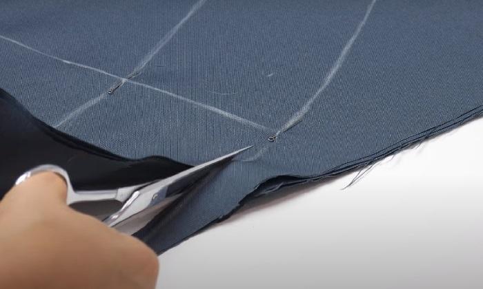 Вырезается круг ткани