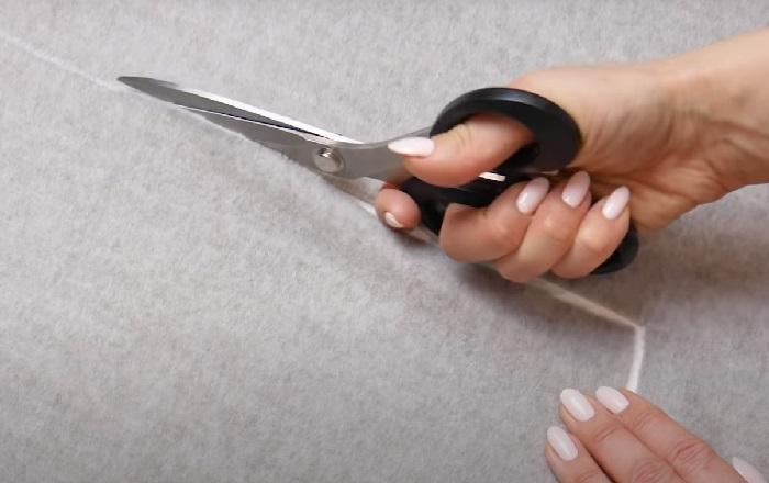 Вырезается ткань для бортика