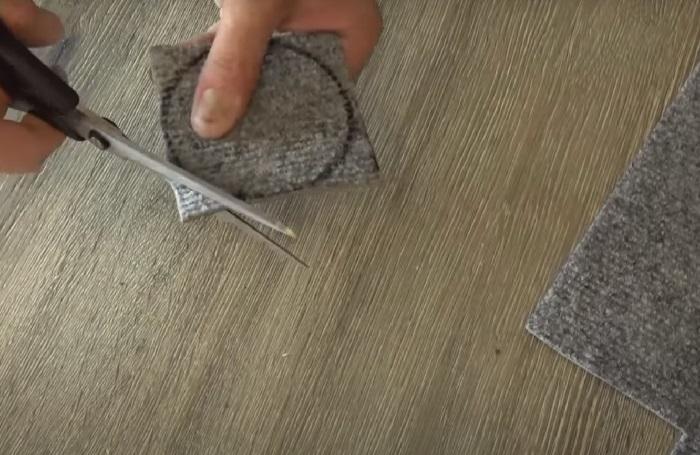 Из ковролина вырезается круг