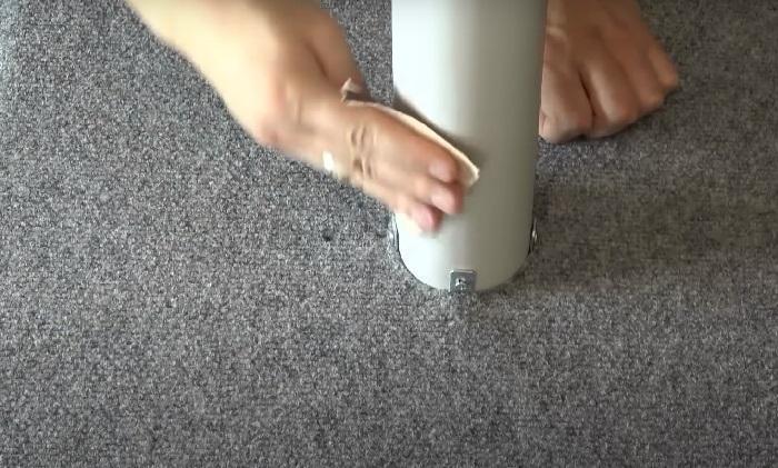 Обработка трубы наждачной бумагой