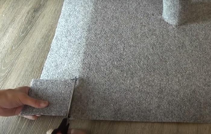 Отрезаются излишки ковролина