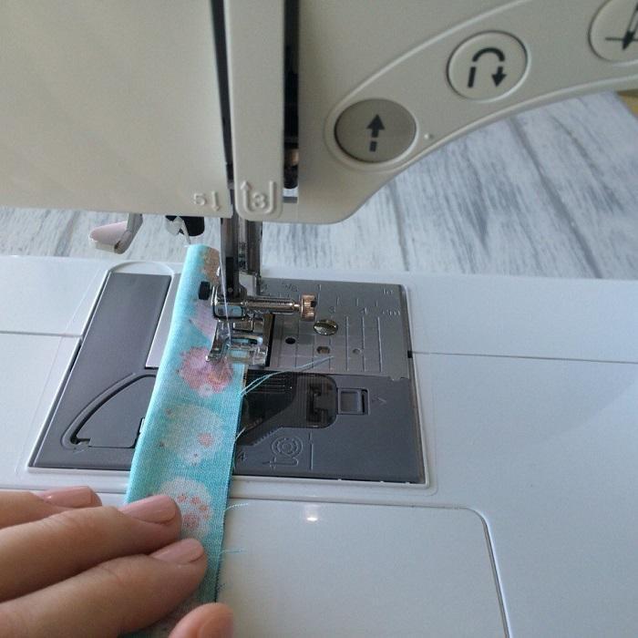Прошивается полоска из ткани